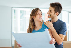 计划他们的新房的年轻夫妇 库存照片