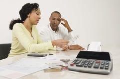 计划他们的财政预算的夫妇 库存照片