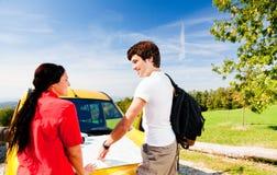 计划A的年轻夫妇远足游览 免版税库存图片