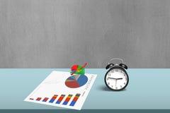 统计图画和3d图与闹钟 免版税库存图片