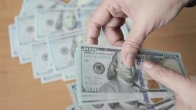 计数一百元钞票的商人的手 股票录像