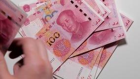 计数中国金钱, 100元钞票,中国货币,白色背景 股票视频