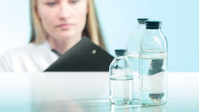 计数化学制品的试验室工怍人员 股票视频