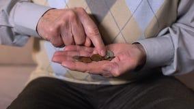 计数在开放棕榈的年迈的人硬币,低收入,社会不可靠,特写镜头 影视素材