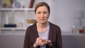 计数在开放棕榈,低薪金,贫穷问题的哭泣的成熟夫人硬币 股票视频