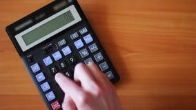 计数在计算器 人手按计算器按钮 股票录像
