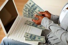 计数大量现金货币的黑人妇女 免版税库存图片