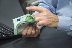 计数欧元的银行职员特写镜头 库存图片