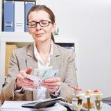 计数欧元的高级会计师 免版税库存图片