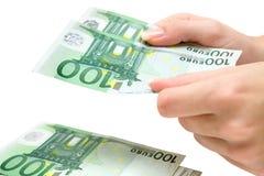 计数欧元的100张钞票 免版税图库摄影