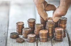 计数硬币的肮脏的手 库存照片