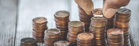 计数硬币的肮脏的手 免版税图库摄影