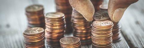 计数硬币的肮脏的手 库存图片