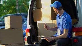 计数纸板箱,负责任的学生工作,存货的勤勉邮差 影视素材