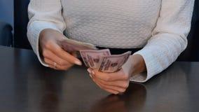 计数美元钞票的女实业家在书桌 库存照片
