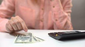 计数美元钞票,缺钱的沉思夫人家庭的,债务 影视素材