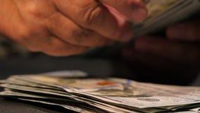 计数美国货币 计数货币老妇人 新的美元在有皱痕的手上 关闭视图 事务,财务 股票录像