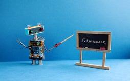 计数课程算术的特写镜头计算学员 机器人教授解释Pi数学常数无理数3 1415926535 友好的机器人老师 库存图片