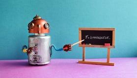计数课程算术的特写镜头计算学员 机器人教授解释Pi数学常数无理数3 1415926535 友好的机器人老师 免版税库存图片