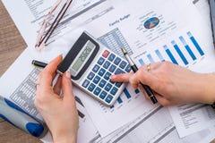 计数财务数据分析的妇女 库存图片