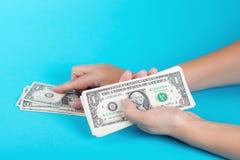 计数货币妇女 计算器铸造在空白的栈的概念经济 金钱的分派 免版税库存图片