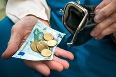 计数货币的高级妇女 免版税库存图片