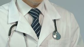 计数金钱、贿赂在医疗保健和医学特写镜头的腐败医生 影视素材