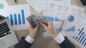 计数金钱和给薪金办公室工作者,事务的男性会计 影视素材