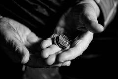 计数金钱的一个人的手 免版税库存图片