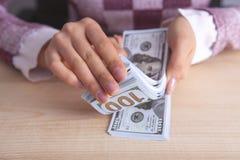 计数金钱的女商人 免版税库存图片