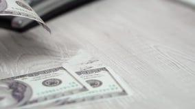 计数金钱的慢动作和慢落在书桌上 股票视频