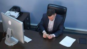 计数金钱美元的商人在办公室 库存照片