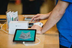 计数金钱duirng iPhone发射的苹果计算机雇员 免版税图库摄影