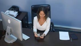 计数钞票的女实业家在书桌 库存照片