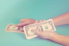 计数货币妇女 计算器铸造在空白的栈的概念经济 金钱的分派 定调子 免版税库存照片