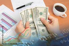 计数货币的女实业家 免版税库存图片