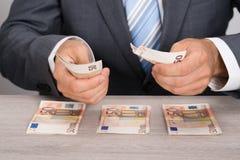 计数货币的生意人 免版税图库摄影