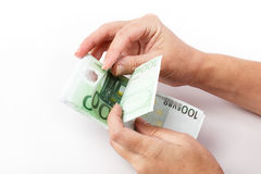 计数100张欧洲钞票的女性手 免版税库存照片