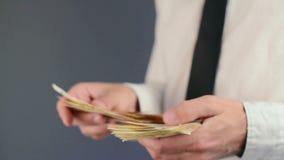 计数50张欧洲钞票金钱的商人 薪金和财务的概念 股票录像