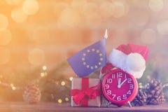 计时与圣诞老人帽子在欧洲联盟标志附近 免版税库存图片