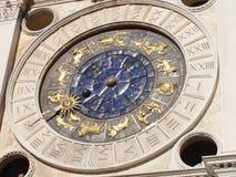 计时与在金子和蓝色constellati上釉的黄道带标志 免版税库存照片