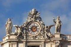 计时与雕塑在圣伯多禄大教堂在梵蒂冈 库存照片