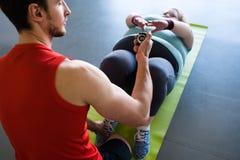 计时健身俱乐部的教练肥胖妇女 免版税库存照片