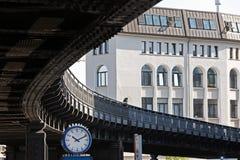 计时在一座郊区铁路桥的曲线下在城市o 库存照片