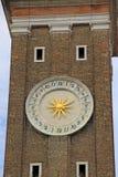 计时在基督的圣洁传道者的基耶萨dei Santi Apostoli di克里斯多Church的钟楼或belltower在威尼斯 免版税库存图片