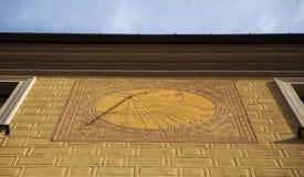 计时在大厦的fasad,在华沙,波兰 免版税图库摄影