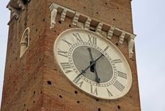 计时在广场delle Erbe的Lamberti塔在维罗纳,意大利 图库摄影