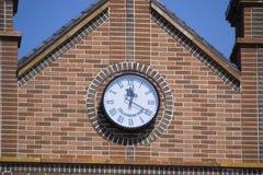 计时在砖瓦房的墙壁上 布朗砖瓦房与boshni和几小时 免版税库存照片