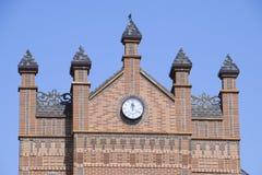 计时在砖瓦房的墙壁上 布朗砖瓦房与boshni和几小时 免版税库存图片