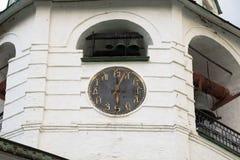 计时在而不是数字安置斯拉夫民族的信件的拨号盘 大教堂苏兹达尔克里姆林宫的钟楼 苏兹达尔, Vlad 免版税图库摄影